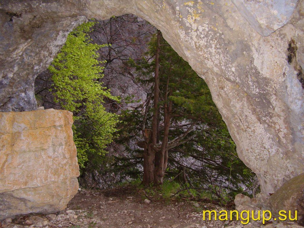 Арка у входа в пещеру Басман – 5.