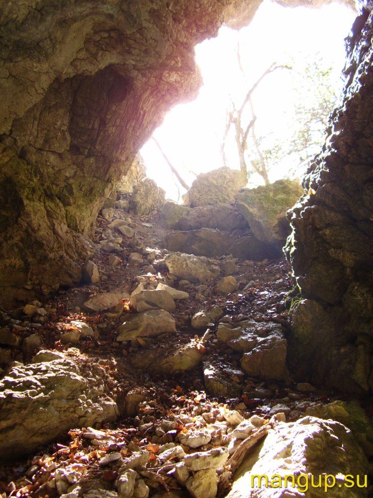 Басман. Вход в пещеру.
