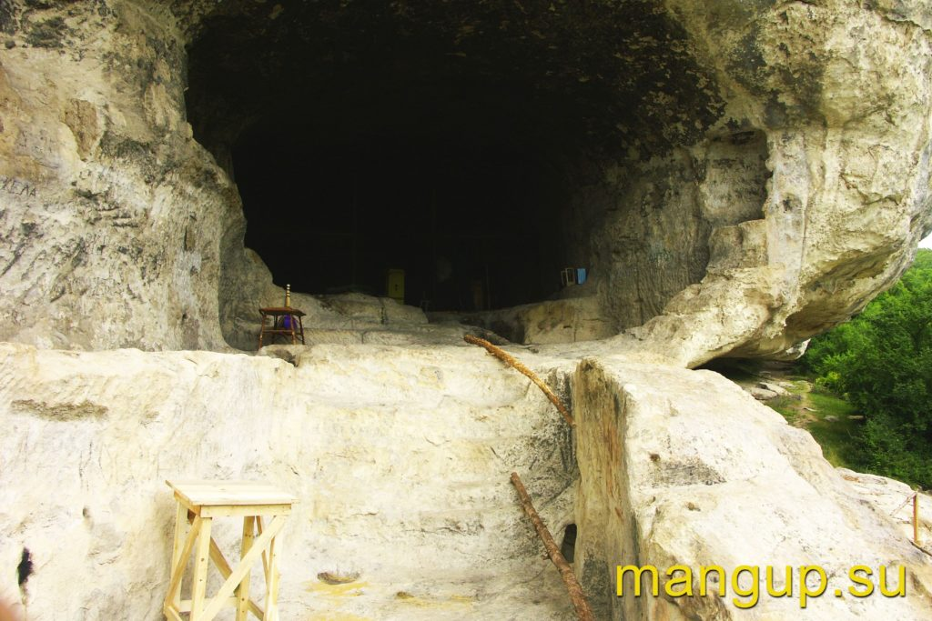 Челтер-Коба. Вход в пещерный храм.