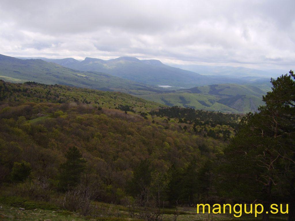 Вид с Басмана на гору Бойка и Счастливенское водохранилище.