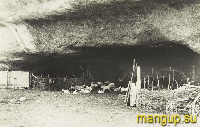 Черкес-Кермен. Пещерный загон для скота. Фото: Е.А. Голомшток, 1930-е.