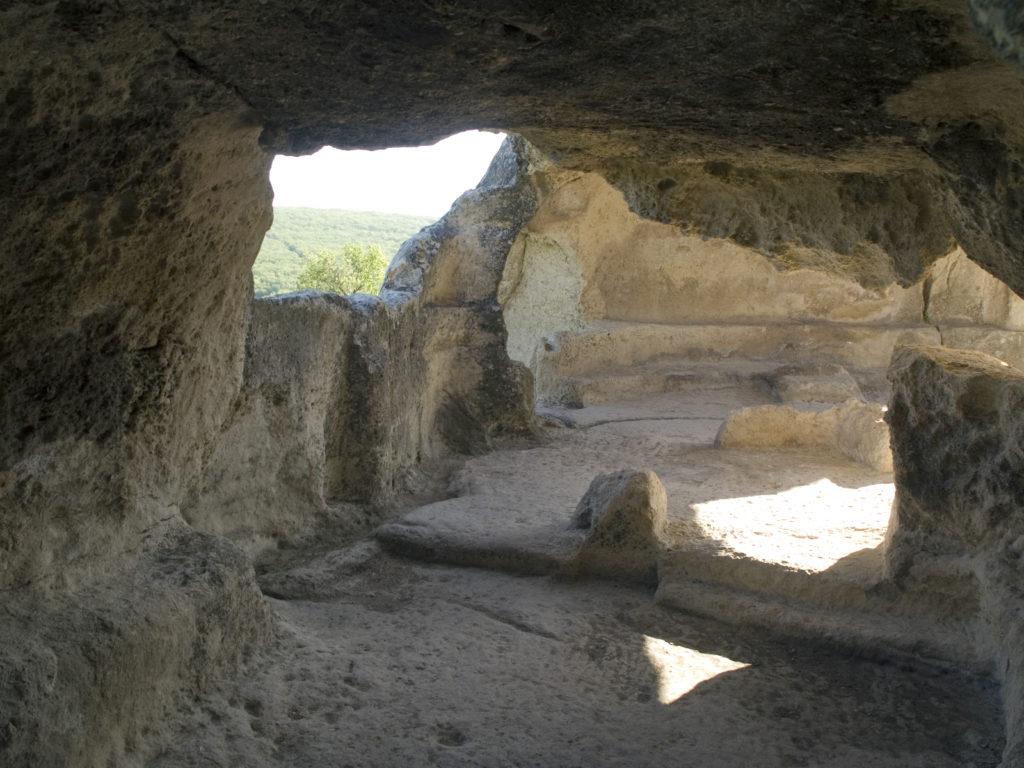 Двухступенчатая скамья в южной части пещерного комплекса «Судилище».
