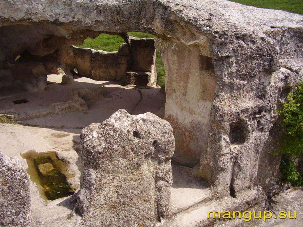 Эски-Кермен. Храм «Судилище». Южный вход.