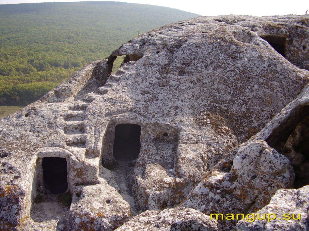 Эски-Кермен. Искусственные пещеры на восточном обрыве.