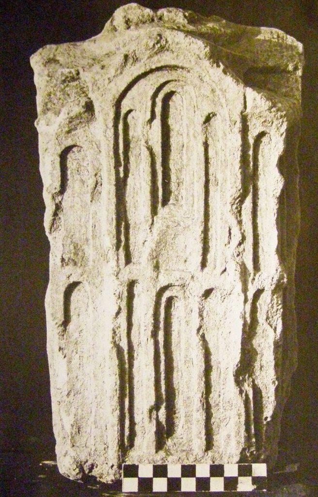 Эски-Кермен. Надгробие в виде храма, найденное в кладке боевой стены.