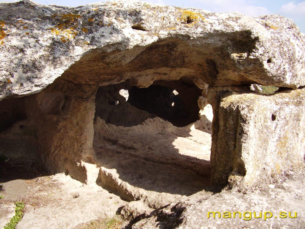 Эски-Кермен. Пещерный комплекс из нескольких помещений на восточном обрыве.