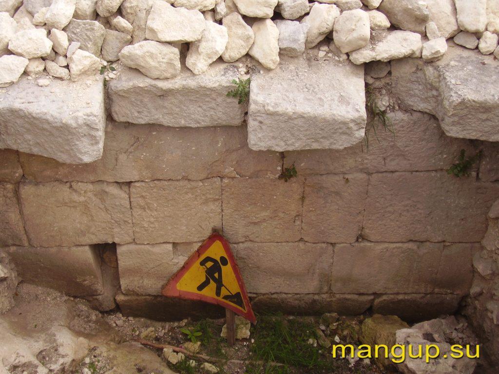 Эски-кермен. Участок оборонительный стены на восточном краю плато.
