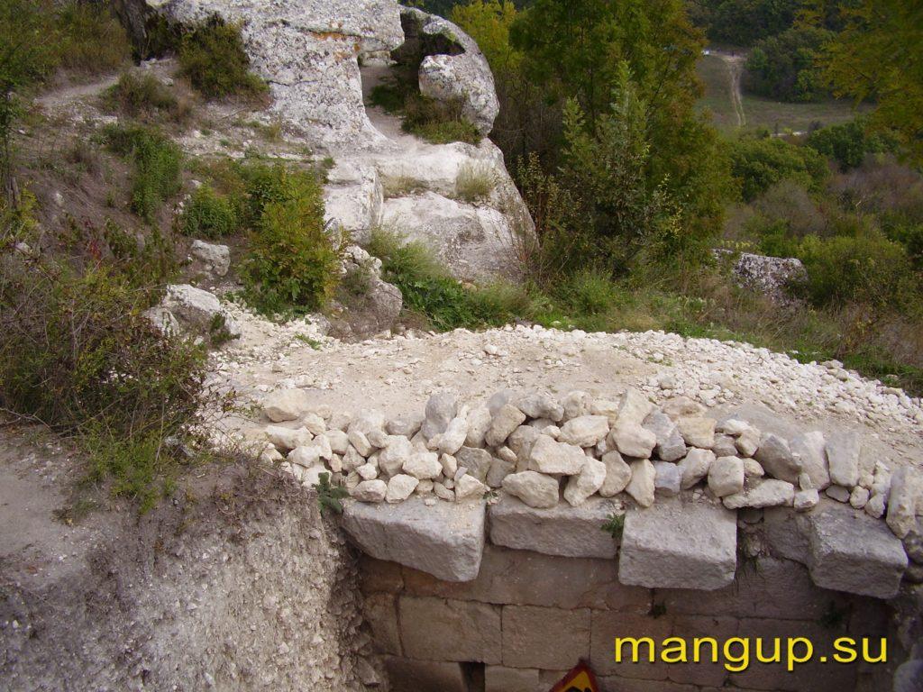 Эски-кермен. Оборонительная стена и «пещерный каземат V».