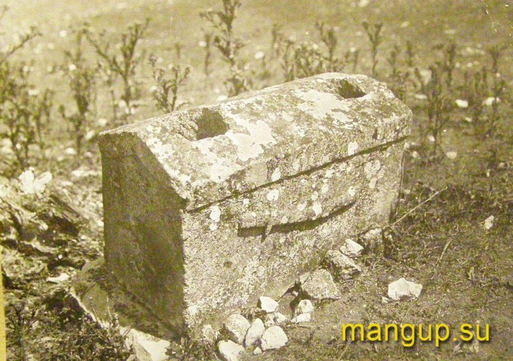 Надгробие с мусульманского кладбища Черкес-Кермена. Фото Эски-Керменской экспедиции, 1930-е.