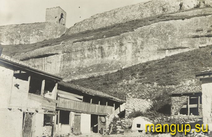 Вид на башню Кыз-Куле из села Черкес-Кермен. Фото: Е.А. Голомшток, 1930-е.