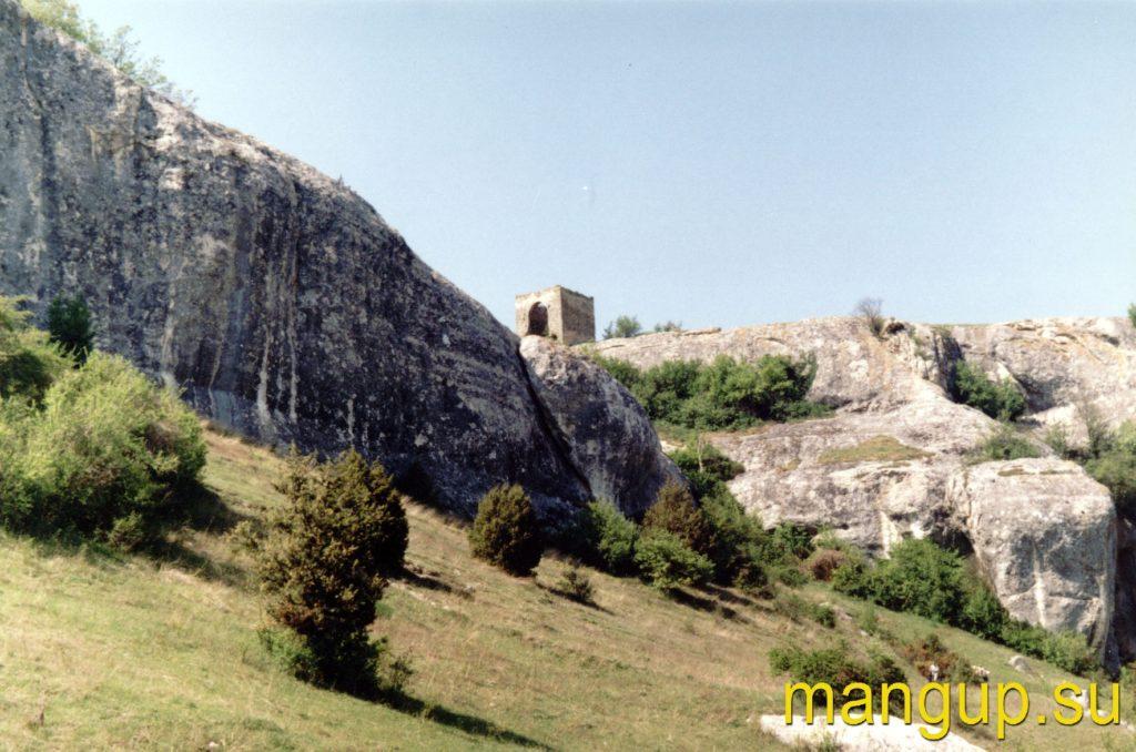 Вид на башню Кыз-Куле из ущелья Джурла. Фото: Дмитрий Метелкин (2004)