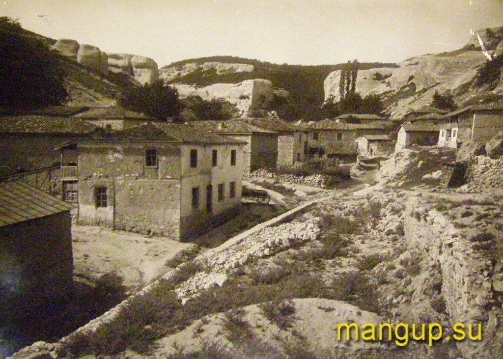 Вид на скалу с храмом «Донаторов» из Черкес-Кермена. Фото Эски-Керменской экспедиции, 1928.
