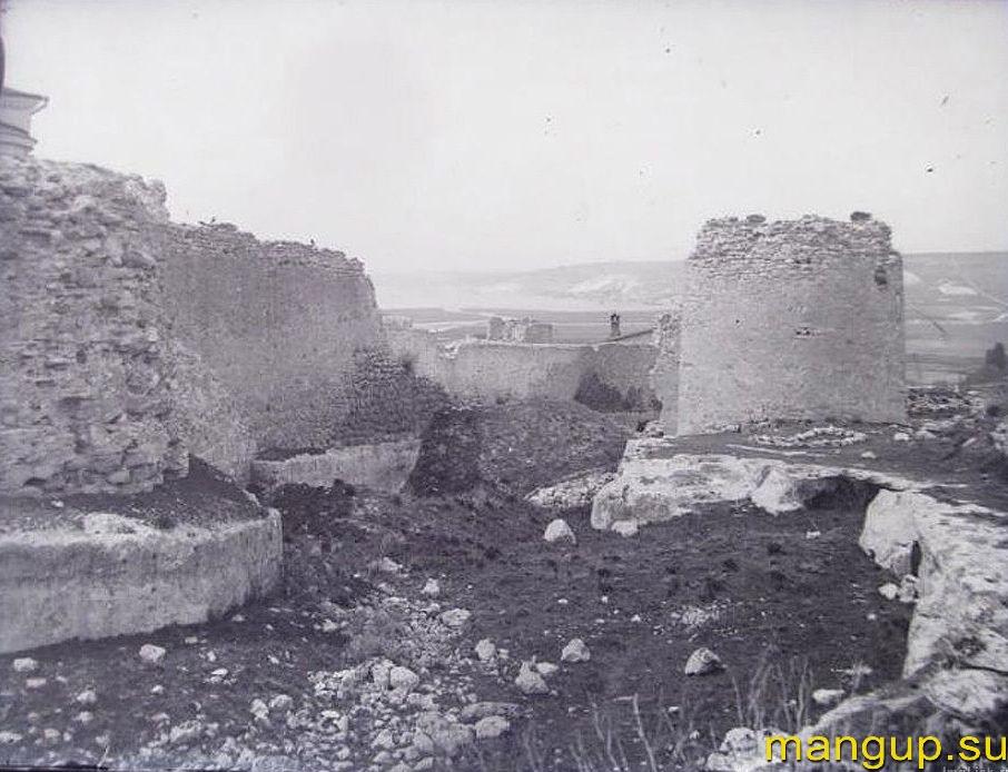 Крепость Каламита. Башня №4 и остатки оборонительной стены.