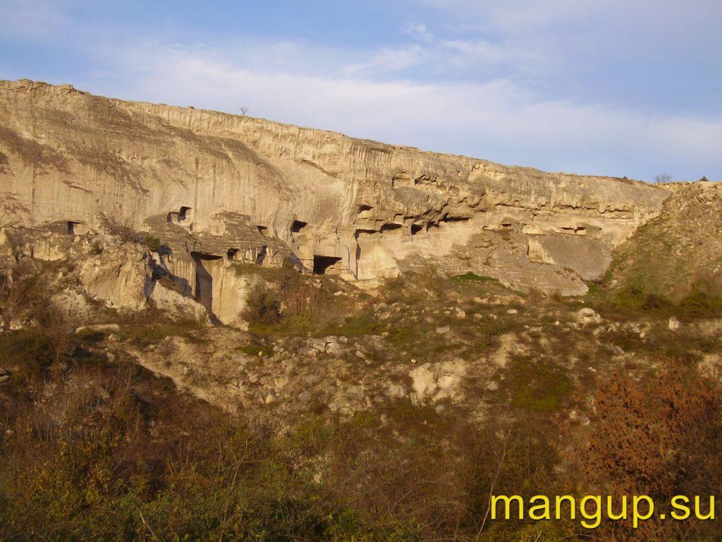 Инкерман. Остатки карьера и завалы грунта в восточной части южного обрыва Монастырской скалы.