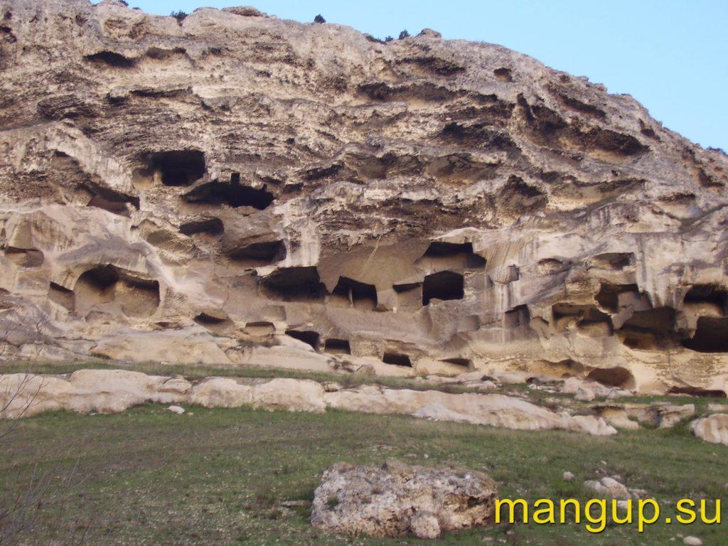 Загайтанская скала. Разрушенные пещеры и следы выветривания.