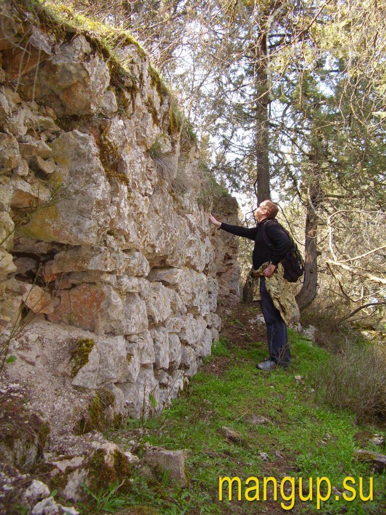 Чернореченский исар – оборонительная стена.