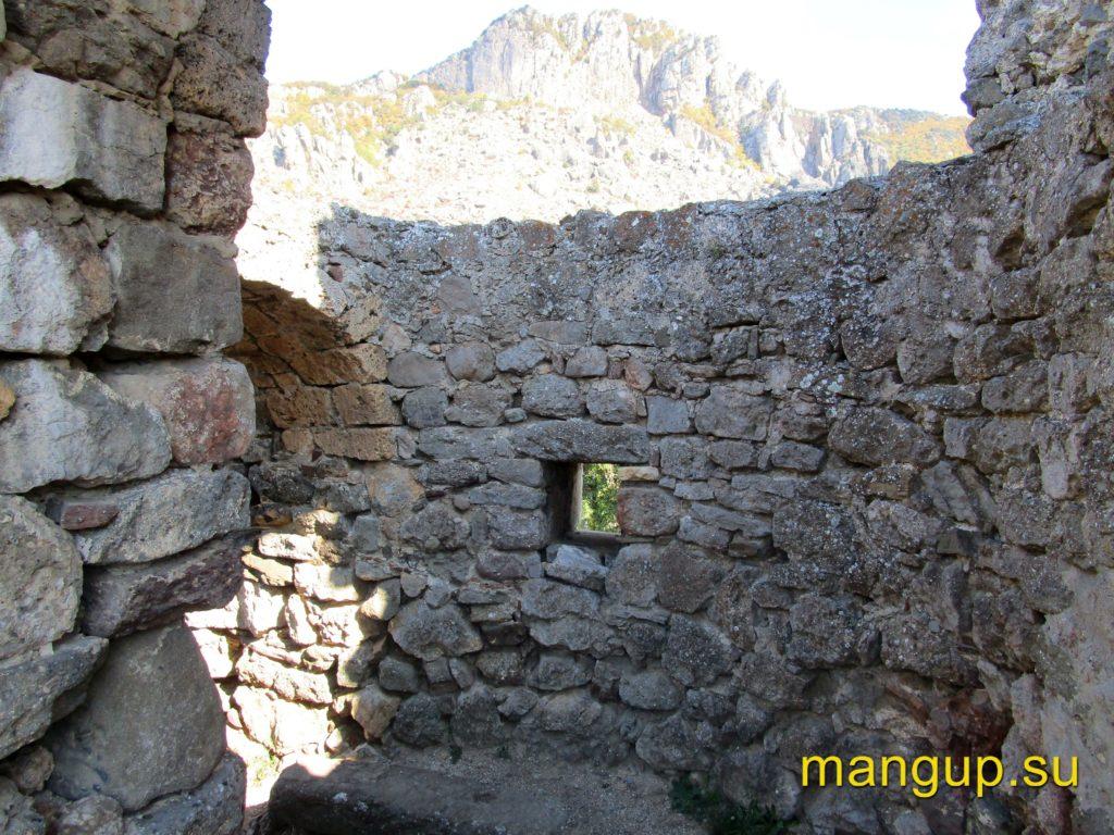 Фуна. Бойница на первом этаже церкви 1459 года, оставшаяся от башни.