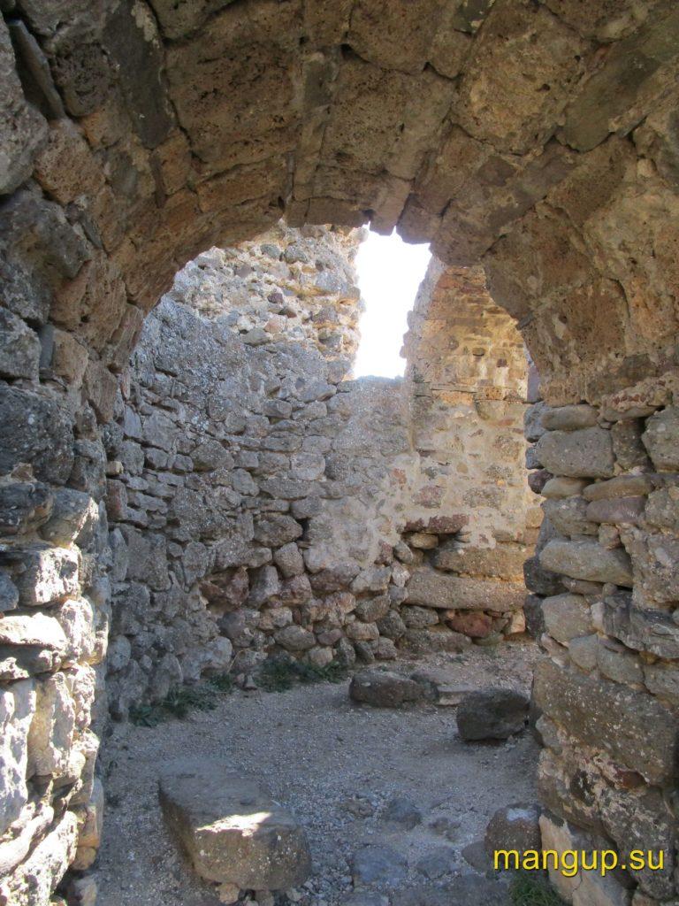 Фуна. Церковь 1459 года, перестроенная из въездной башни второго строительного периода.