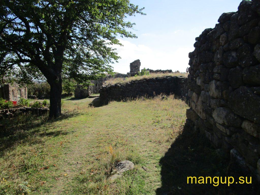 Фуна. Руины донжона (на переднем плане) и церкви (на заднем плане).