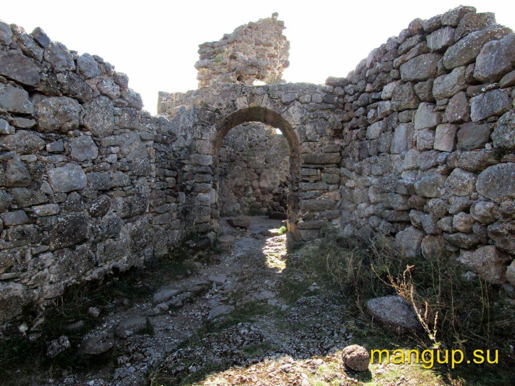 Фуна. Вход въездной башни второго строительного периода.