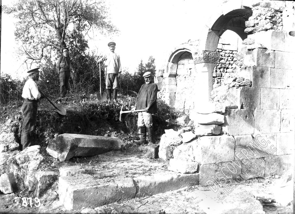 Храм св. Троицы в Керменчике. Раскопки 1914 года.