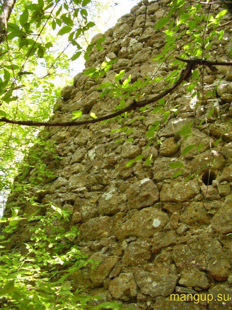 Керменчик. Пазы для деревянного настила в оборонительной стене.