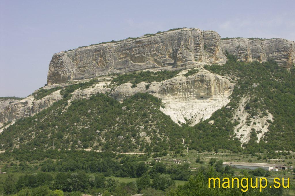Скала Сырт-Кая с пещерой Алтын-Бешик.