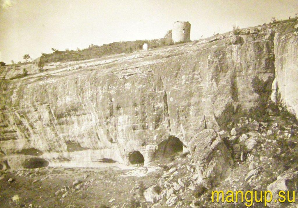 Сюйрень. Общий вид скалы с укреплением.