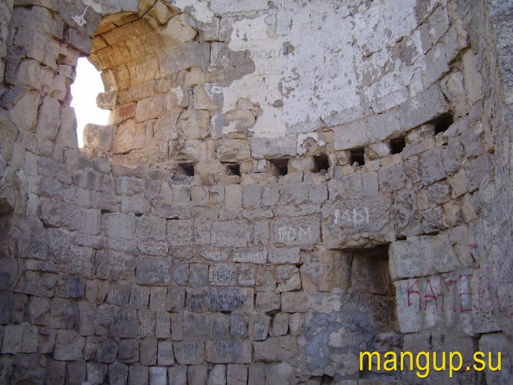 Сюйреньская крепость. Отверстия для балок деревянного перекрытия.