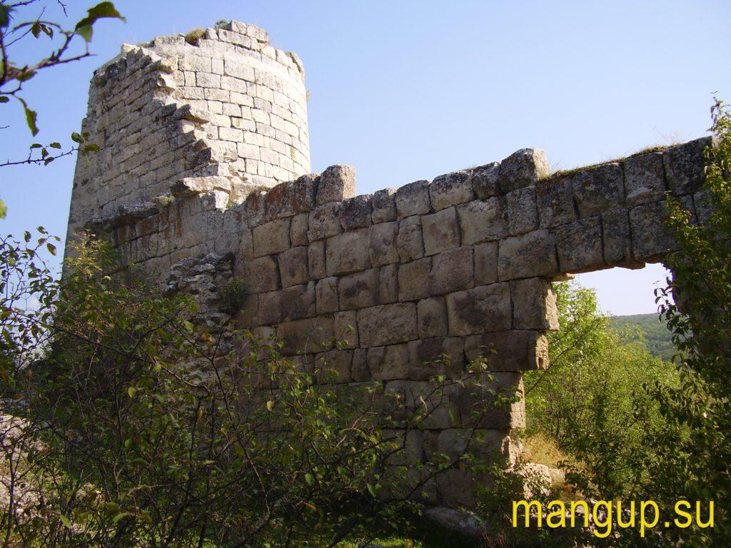 Сюйреньская крепость. Пролом в стене на месте калитки.