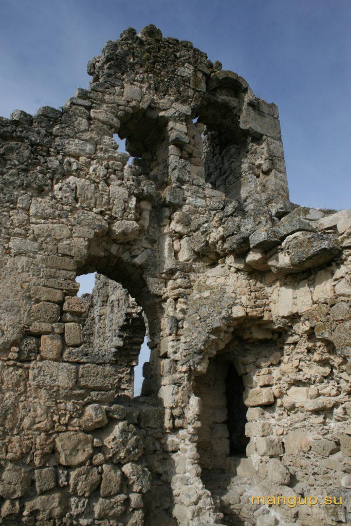 Юго-восточная сторона стены донжона с туалетными комнатами.