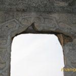Мангуп. Входной портал донжона с резным наличником, фрагмент.