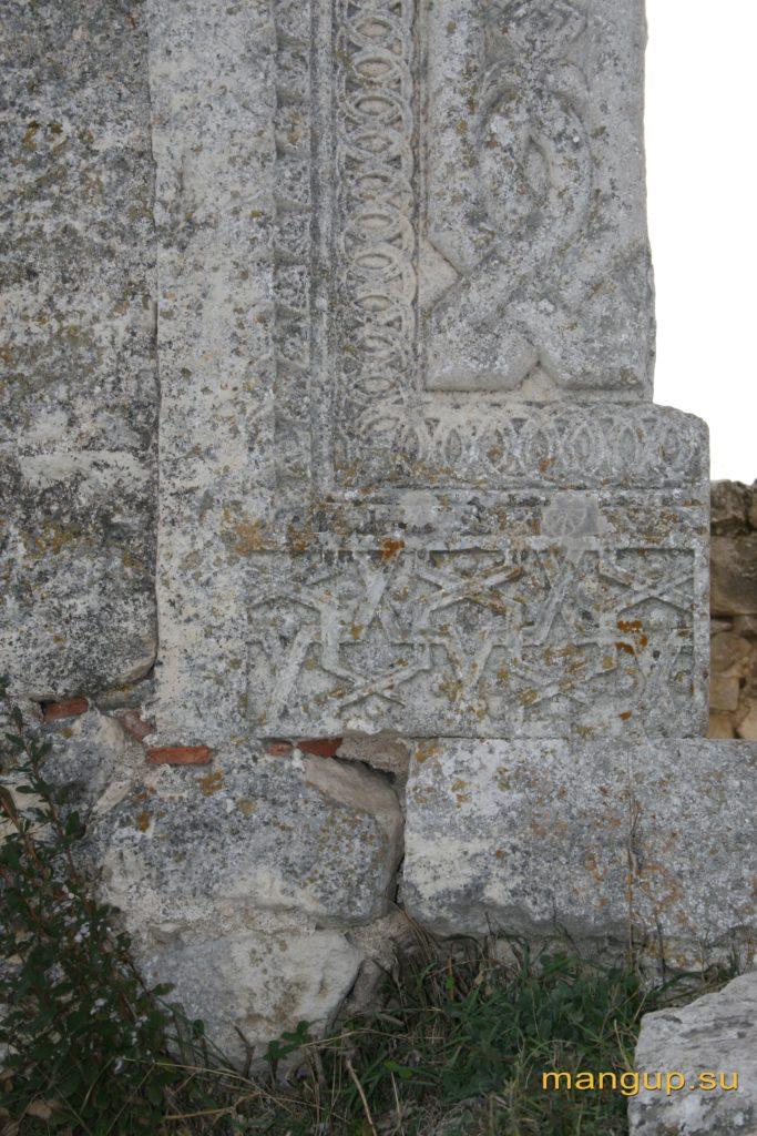Мангуп. Входной портал донжона с резным наличником, орнамент.