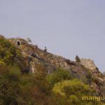 Вид на стену мангупской цитадели снизу с колесной дороги.