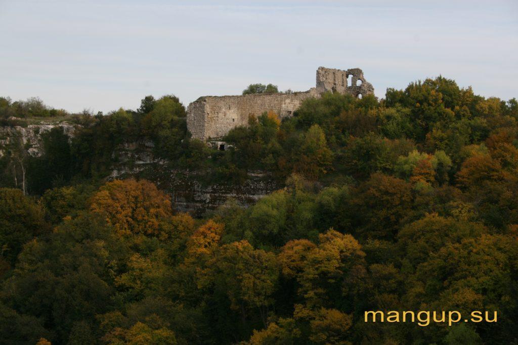 Стена и донжон мангупской цитадели, вид с мыса Элли-бурун.