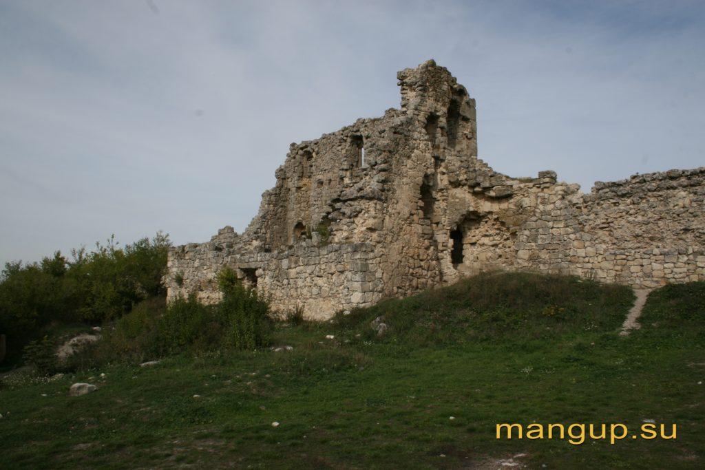 Донжон мангупской цитадели, вид с юго-востока.