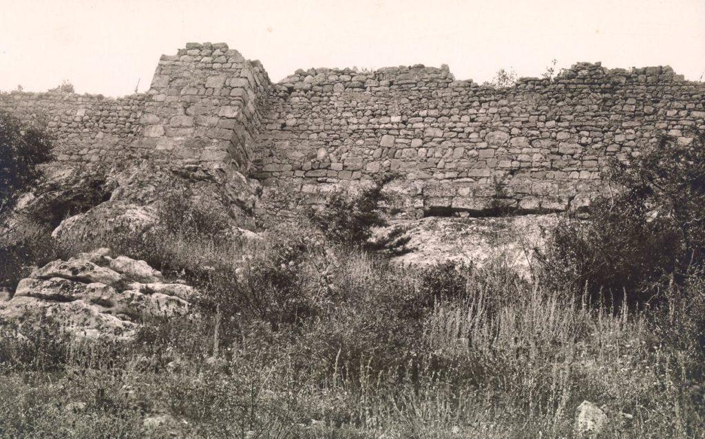Оборонительная стена на Южном склоне Мангупа.