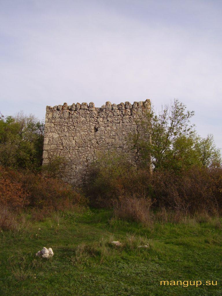 Оборонительная башня внутренней линии обороны, преграждающая доступ с мыса Чамну-бурун.
