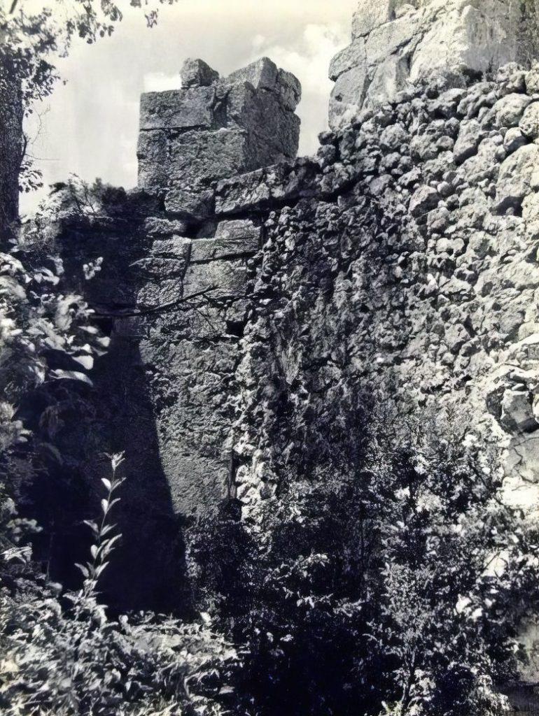 Деталь центральной башни оборонительной системы в овраге Гамам-дере.