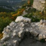 Мыс Элли-бурун. Вид на оборонительную стену с башенного выступа.