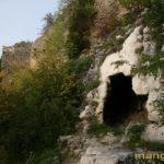 Караульная пещера на фоне оборонительной стены мыса Элли-бурун.