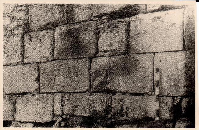 Мангуп-кале. Раннесредневековая оборонительная стена в Капу-Дере.