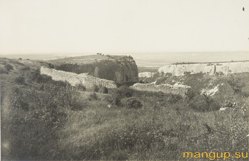 Мангуп. Оборонительная стена на мысе Элли-бурун.