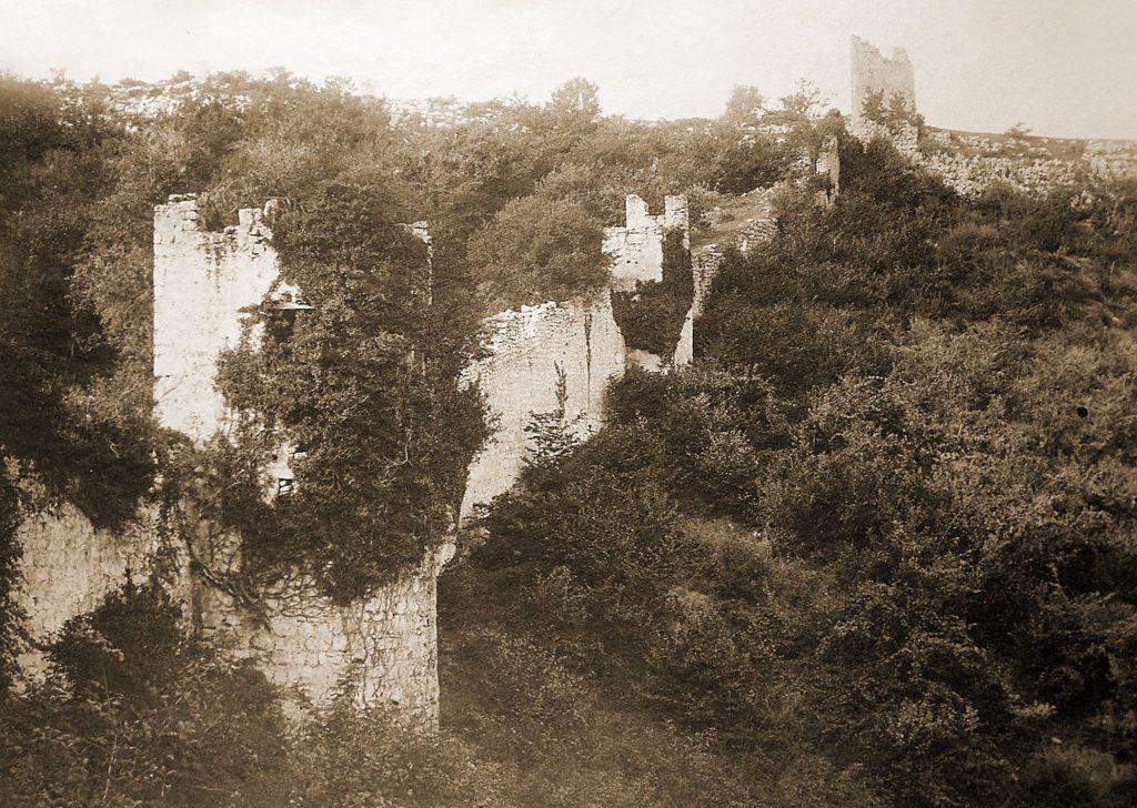Мангуп. Оборонительные стены и башни в Гамам-дере.