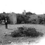 Оборонительная стена с башнями на Мангупе.