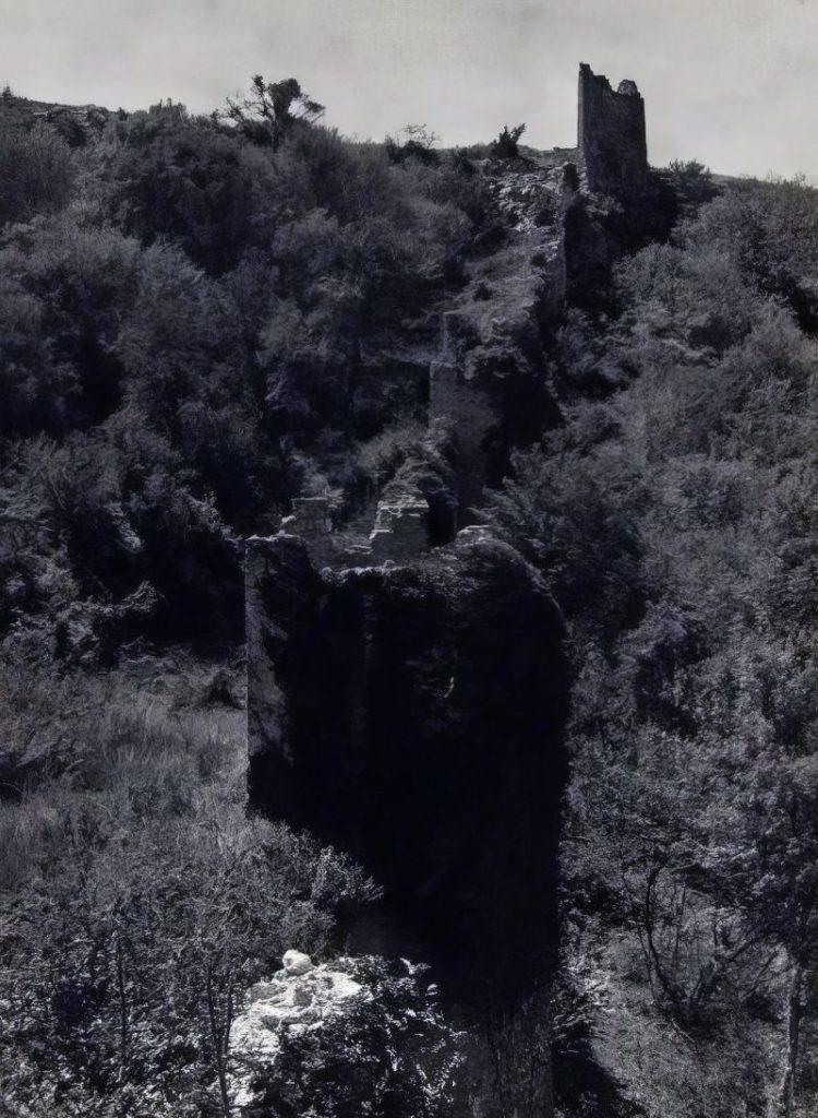 Мангуп. Западная часть оборонительных сооружений в овраге Гамам-дере.