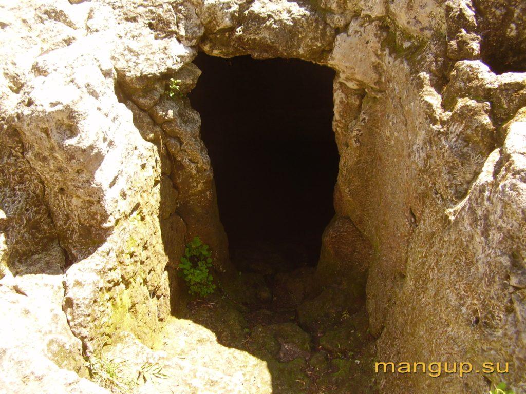 Мангуп. Вход в пещерную микву.