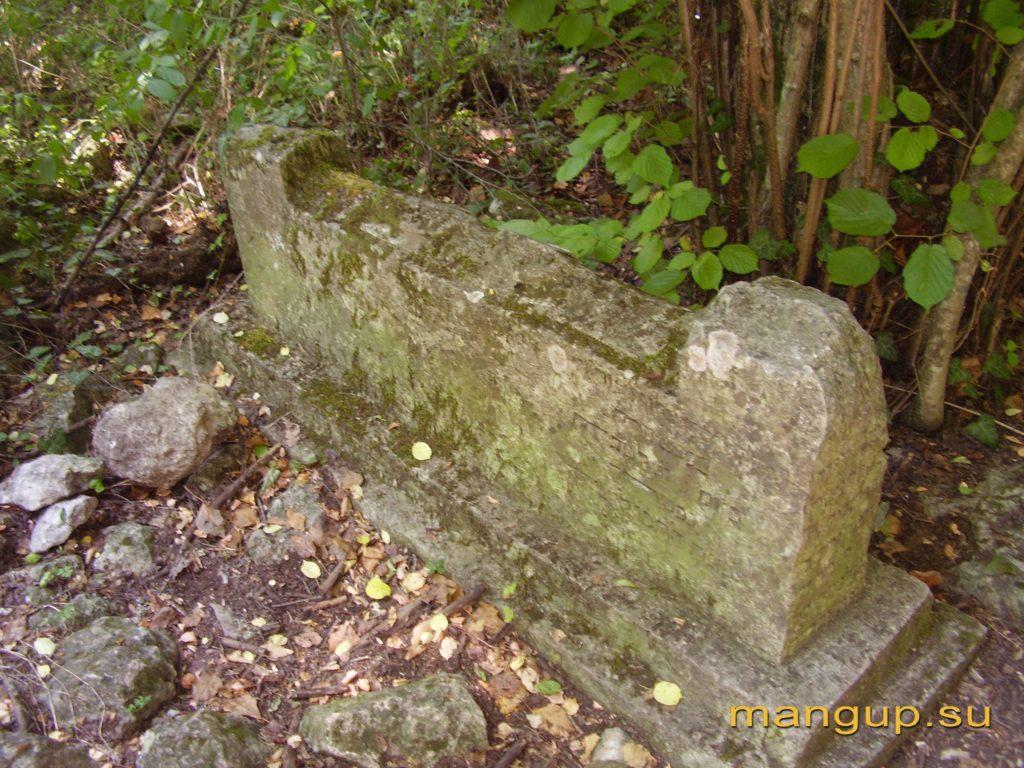 Мангуп. Надгробие на караимском кладбище.