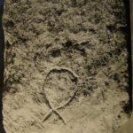 Обратная сторона иудейской надгробной плиты с изображением тамги (Место находки: Мангуп, Большая базилика)