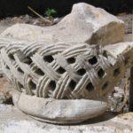 Капитель с памятной надписью о возобновлении храма в Варзарах под Мангупом в 1189 году.